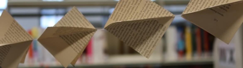 vlaggetjes gemaakt van pagina's van oude boeken